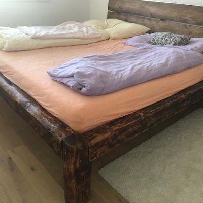 posteľ zo starého trámu