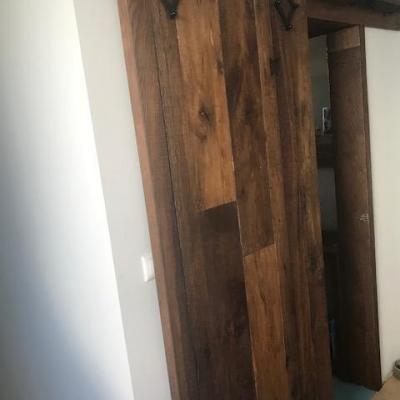 stodolové dvere alebo Barn doors z plávajúcej podlahy