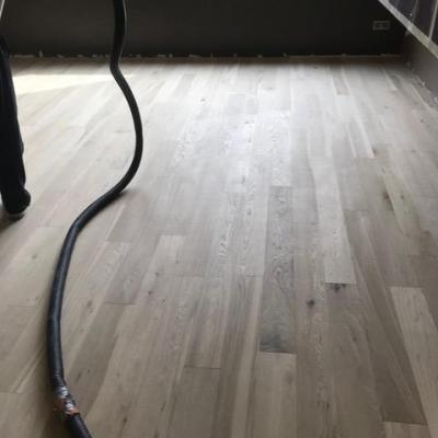 podlaha sa musí najskôr poriadne prebrúsiť